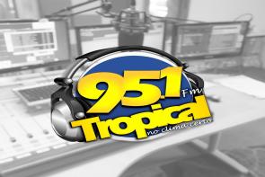 imagem de um estúdio de rádio no fundo em preto e branco, com a marca da Rádio Tropical FM Recife sobreposta.