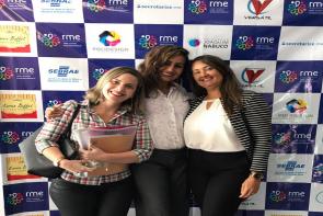 foto de Christiane, uma das diretoras da t-access ao lado de outras participantes do evento Café com Empreendedoras
